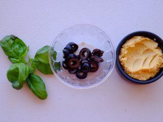 周末小食 ,切碎罗勒 黑橄榄