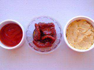 周末小食 ,将油渍番茄切成小丁 油不要倒掉 等会儿混合出的抹酱更湿润绵密