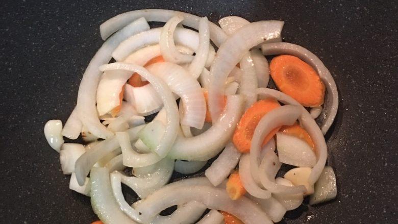 蚝油鸡翅,再放入红萝卜片拌炒。