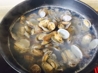 韭香花甲,将吐完沙的花甲放入清水中揉搓 使依附在花甲壳上的残渣去除 在放入锅中加清水煮沸至花甲开口 开口了即可捞出 否则肉质会变老