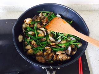 韭香花甲,加入韭菜段 翻炒至韭菜软