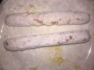 油炸火腿肠,一层淀粉,一层蛋液,来回两次即可。