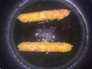 油炸火腿肠,把做好的香肠放入锅中炸至金黄色即可捞出
