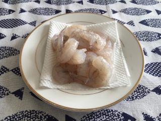 鲜虾茄盒,鲜虾洗干净,去头去皮,挑出沙线,用厨房用纸吸干水分,放少许白胡椒粉,少许料酒抓匀,腌制10分钟备用。