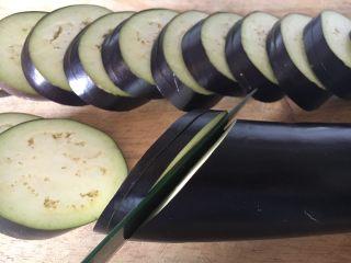 鲜虾茄盒,长茄子洗干净,斜刀30度切片,每片约1厘米厚,第一刀切下后,底部留1厘米左右不要切断,第二刀切断,形成一个茄盒,貌似蚌壳那样尾部时连接的。
