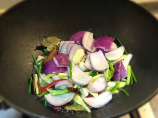 香炸土豆烧龙虾球,热锅倒入油爆香葱姜蒜干辣椒进行翻炒 加入洋葱中火炒出香味