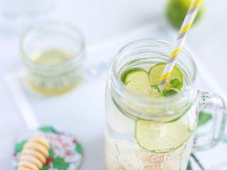 荔枝青柠朗姆酒,倒入纯净水 用吸管搅拌搅拌 让汁水融合