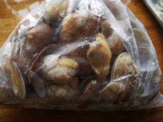 吃了不怕长胖的美食___酱爆花蛤,洗净后,锅内烧开水放入滤干水的花蛤。开口即可捞出。因为有强迫症怕有残留泥沙,所以我会再次冲洗干净。滤干水份。为了节约时间,经常会冷冻保存,吃时解冻可以省去很多时间。比如今天这就是冷冻过的。解冻的花蛤袋子角的一边剪角朝下放入漏篮可以滤出袋子里多余的水。
