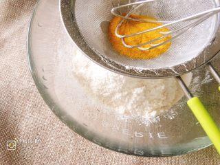 像海绵一样柔软的南瓜蛋糕,蛋糕粉和南瓜粉提前过筛备用。
