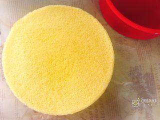 像海绵一样柔软的南瓜蛋糕,撕去油纸的底面。