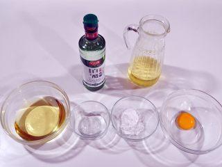 自制沙拉酱,将所需要的原料:蛋黄、糖粉、白醋、植物油分类装在碗里。