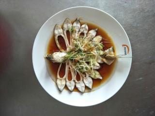 清蒸扁鱼,锅里放油 烧开 ,将葱、姜红椒丝撒在盘中  用油浇上去 。美味的清蒸扁鱼就做好了