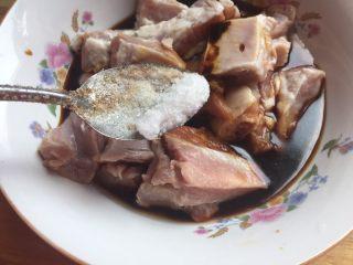 超详细又简单的椒盐排骨,撒上盐