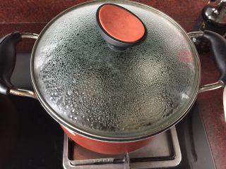 白萝卜煮,盖上锅盖小火煮30分钟