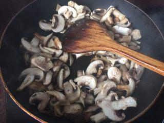 海陆双拼披萨,加入切片的香菇和白蘑菇炒,加入盐炒至变色后加入黑胡椒和蒜泥