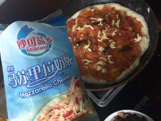 海陆双拼披萨,撒上马苏里拉芝士