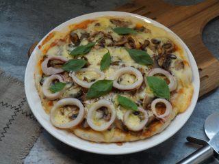 海陆双拼披萨,起锅后撒黑椒碎和罗勒叶