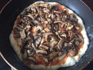 海陆双拼披萨,放入香菇和蘑菇