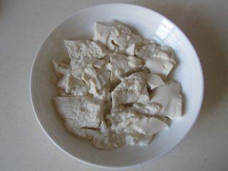 虾仁杏鲍菇豆花,将微波过后的豆腐放入碗中;