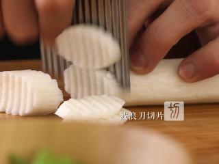 木耳蜜豆炒山药,用波浪刀将山药切成片状