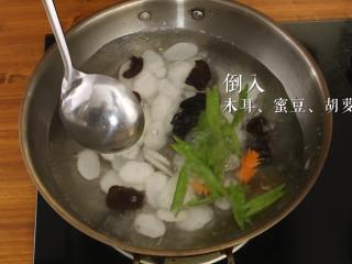 木耳蜜豆炒山药,锅中倒入木耳、蜜豆、胡萝卜过水