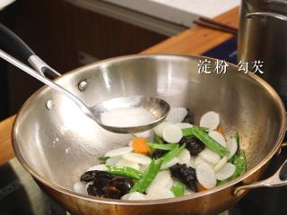 木耳蜜豆炒山药,用淀粉进行勾芡