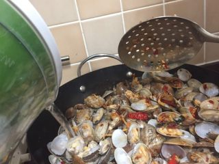 辣炒花蛤,加入适量的温水,煮至开锅后2分钟左右就可以了,不然会老,为什么加点水,因为太多了😄,所以炒是炒不熟的,如果是两斤的话,直接翻炒就可以