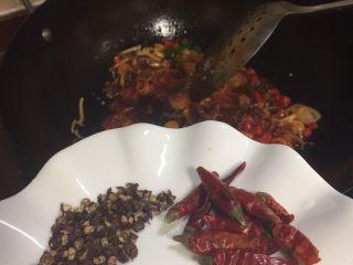 辣炒花蛤,煸炒两秒钟后放入花椒粒,干辣椒,干辣椒开始放了五个,大厨说不够后又加了几个