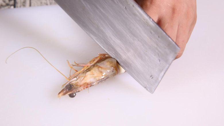 粗粮金汤明虾粥,首先处理明虾,先去虾头,留下虾尾进行处理。