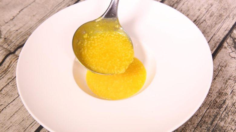 粗粮金汤明虾粥,金汤放入准备好的盛器中。