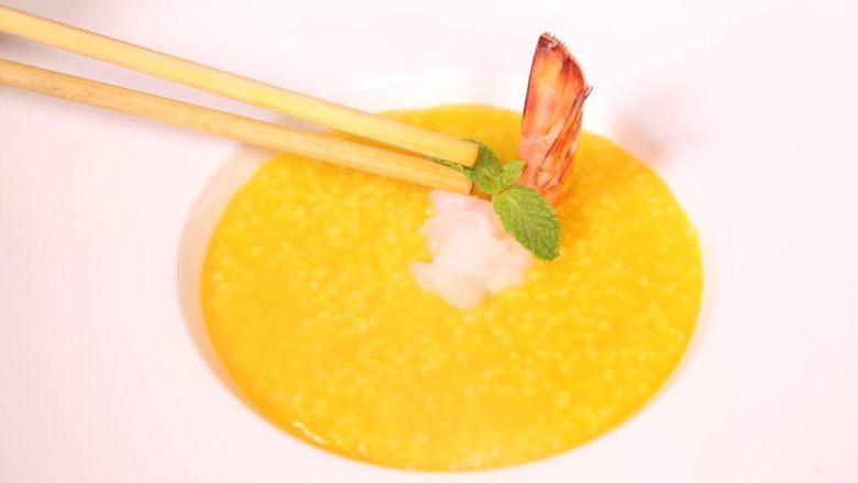 粗粮金汤明虾粥,最后加上薄荷叶,金黄的汤汁中,浮现鲜美的虾肉,在加上一丝绿色点缀,美味无比。