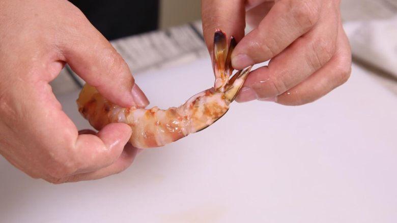 粗粮金汤明虾粥,大家看清楚,剥完虾壳的虾尾状态。