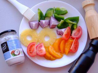 夏日彩虹沙拉配无乳糖椰奶冰激凌 [低碳水低脂],趁着烤胡萝卜的时候 准备其他食材 将其切块待用