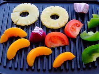 夏日彩虹沙拉配无乳糖椰奶冰激凌 [低碳水低脂],Grill盘上涂抹椰子油 放上食物 接着就是滋啦滋啦烤的声音啦 我喜欢烤的略焦的感觉 就是那种会留下烤盘纹路的样子