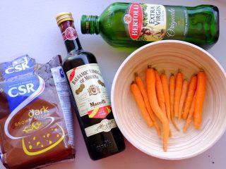 夏日彩虹沙拉配无乳糖椰奶冰激凌 [低碳水低脂],先烤胡萝卜 将胡萝卜刨皮 如果不是荷兰胡萝卜可以切成细条 方便入味