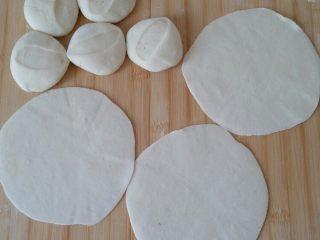 香菇肉糜烧卖,拿出静置好的面团,分若干小面团,按扁,擀成如饺子皮的面皮,四周擀薄如花边