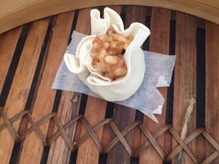 香菇肉糜烧卖,面皮中包入糯米大米香菇肉糜馅,虎口收拢,露出少许馅料