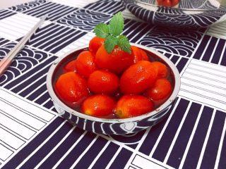 番茄牛肉冷面,第二天,拿出来冷藏一夜的醋渍樱桃番茄,把酸甜汁和番茄分开备用。小番茄切两半,备用。 拿出来冷藏一夜的牛肉汤。先去掉牛肉汤表层冷凝的油脂,可以用吸油纸和细密的过滤网。牛腱切片。 牛肉清汤和小番茄的酸甜汁混合,根据自己的口味,加苹果醋或者蜂蜜调节酸甜度。喜欢酸甜味浓一些的,牛肉汤少加一点,反之,牛肉汤可以多一点。如果觉得不够咸,可以加盐或者酱油调味。