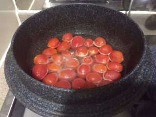 番茄牛肉冷面,重新起锅,放入清酒,大火煮沸,直到酒精蒸发干净,不再闻的到酒味的时候,就转小火,放入蜂蜜和盐,搅拌到全部融化。再放入樱桃番茄,小火煮2分钟