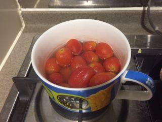 番茄牛肉冷面,全部倒进耐热带盖容器内,放到不那么热了,就加入苹果醋,冰箱冷藏一夜