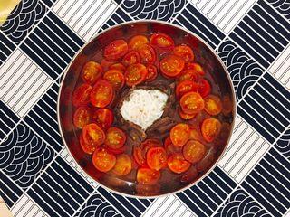 番茄牛肉冷面,放入切好的小番茄