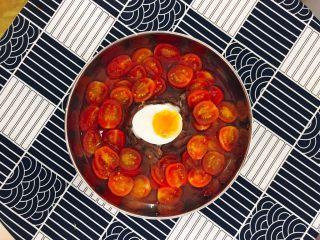番茄牛肉冷面,煮一颗溏心蛋: 沸水,放入鸡蛋,中火煮6分钟后关火。捞出来放入冰水里,冰镇一下,再剥壳,切两半。摆上溏心蛋