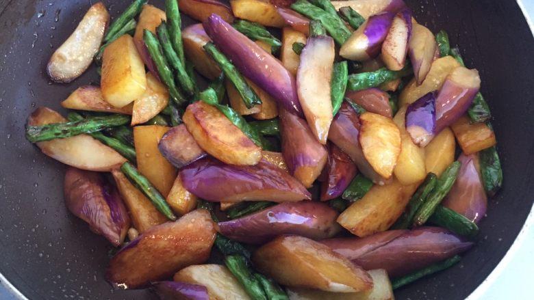 地三鲜,直至蔬菜都入味,此时可以尝尝咸淡。