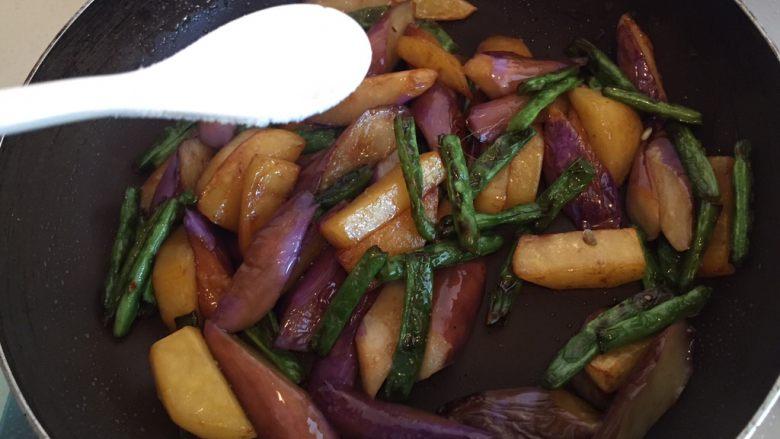 地三鲜,不够咸的(个人口味不同),加入少许盐。