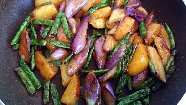 地三鲜,倒入芡汁后翻匀即可出锅。(勾芡能使蔬菜富有光泽)(整个菜从放入土豆到出锅6--7分钟)