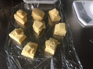 曲奇蛋挞,冷藏好的挞皮面团均分成八份