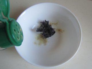 玉米虾仁馄饨,碗中加入少许盐、紫菜和胡椒粉, 加入高汤或者开水;