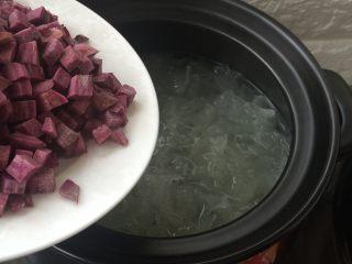 紫薯冰糖银耳羹,加入紫薯粒