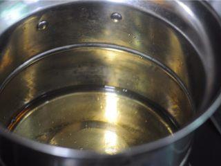 虎皮鹌鹑蛋——让孩子爱上吃蛋,锅中倒入适量油,烧至约6成熟