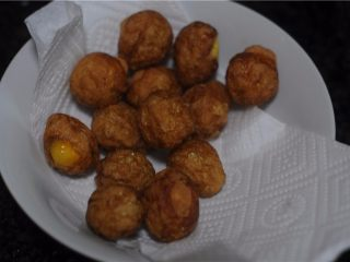 虎皮鹌鹑蛋——让孩子爱上吃蛋,倒入适量清水,放入鹌鹑蛋,调入老抽、生抽、大火烧开后转小火,煮几分钟